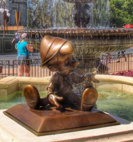 2014 yılında Disney World'deki süs havuzlarında 18.000 Dolar para elde edildi.