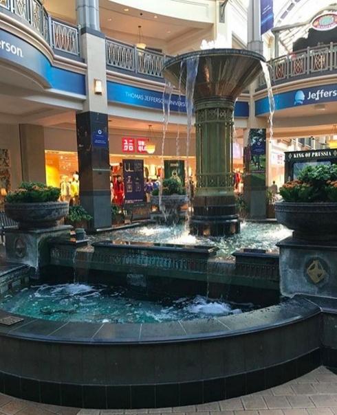 2011'de Pensilvanya'daki King of Prussia Alışveriş Merkezinin süs havuzundan 3.564 Dolar toplandı. Burası ABD'nin en büyük ikinci alışveriş merkezi.