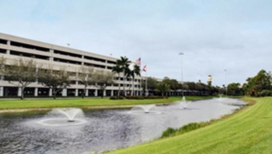 Ve son olarak, küçük ölçekte bir süs havuzu. Palm Beach Uluslararası Havaalanındaki süs havuzları ayda 50 Dolar hasılat yapıyor.