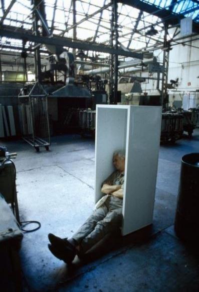 Arjantin Gerli'de bir fabrika çalışanı bitmemiş bir buzdolabında dinleniyor.