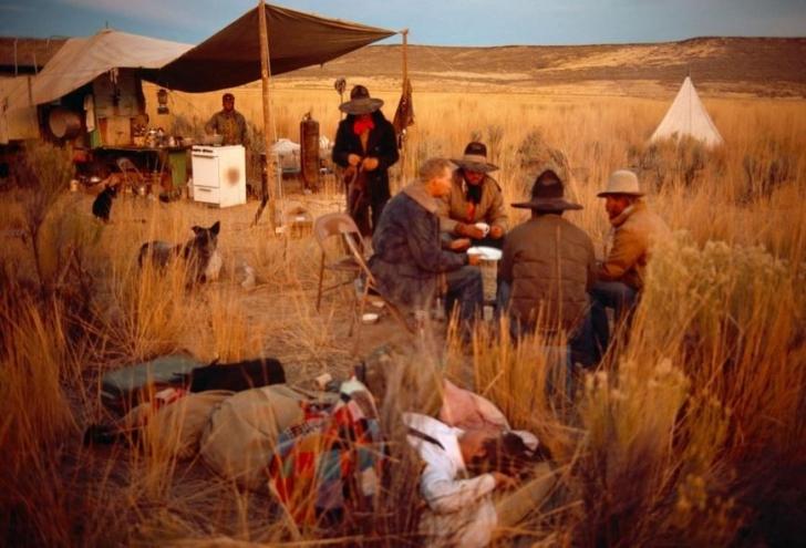 Uzak bir Nevada çiftliğinde çalışanlar mola vermişken.
