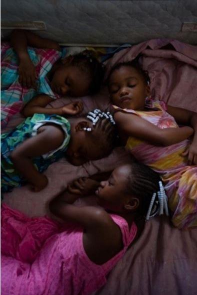 Miami'de dört kız kardeş aynı yatakta uyuyor.