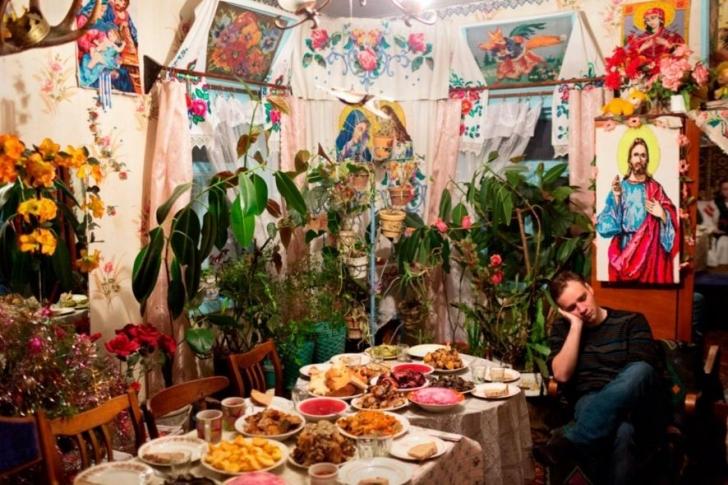 Pagan bayramı Kolyadki kutlamaları sırasında bir adam yemek masasına yaslanarak kestiriyor.