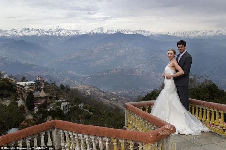 Yolculukları onları Paris, Moskova, Beijiing ve Nepal gibi Dünya etrafındaki en egzotik yerleşimlere götürdü.