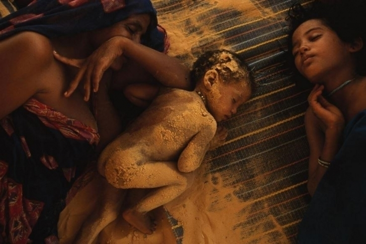 Kuraklıktan muzdarip Mali'de bir Tuaref ailesi, öğlen sıcağını çadırlarında uyuyarak geçiriyorlar.