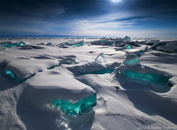 Dünyanın En Büyük Gölünde Turkuaz Renginde Buz Tümsekleri Yükseliyor