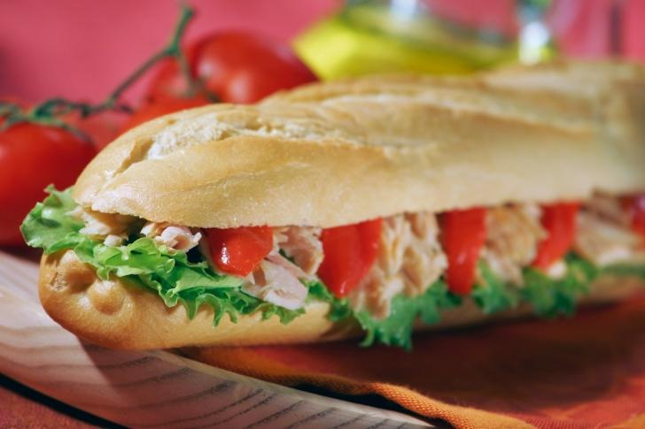 Parmesan Tavuk ve Közlenmiş Domatesli Sandviç
