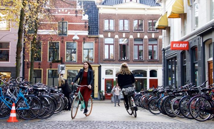 Hollanda'da yaşam biçimi ve günlük hayatın parçası bisiklet, 7'den 70'e herkes tarafından kullanılıyor.