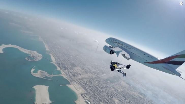 Yolcu Uçağı İle Yan Yana Uçan İki Akrobatın Nefes Kesen Görüntüleri